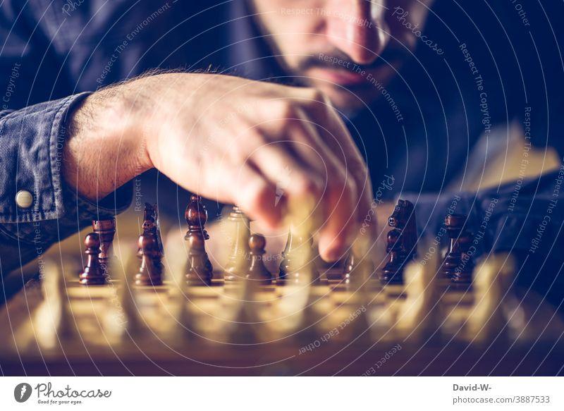 Strategie und Taktik beim schachspielen Schach strategie Spieler Gedanken konzept Verstand Schachbrett Schlacht Intelligenz Hand