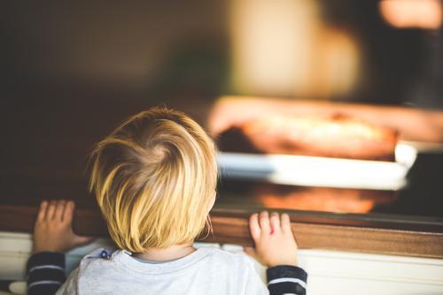 neugieriges Kind in der Küche entdeckt den Kuchen Kleinkind Neugier erkunden Finger niedlich Kindheit lecker