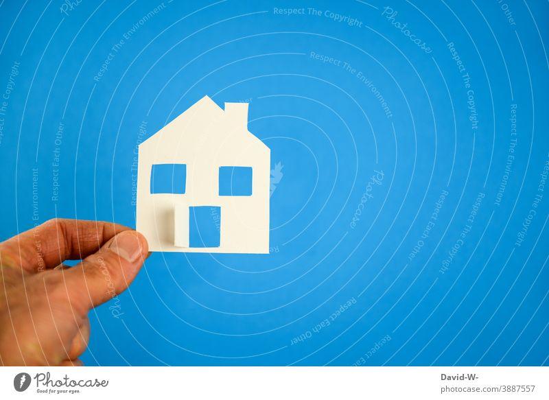 ein selbstgebasteltes Haus in der Hand selbstgemacht Immobilienmarkt Hausbau finanzierung wohnen Architektur Häusliches Leben