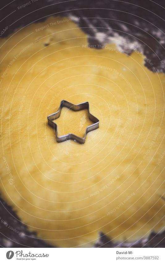 Blätzchen backen - Ausstechform als Stern in Plätzchenteig gedrückt Weihnachten & Advent ausstechen vorfreude weihnachtlich Vorbereitung besinnlich Tradition