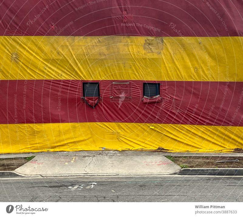 Zelt Zirkus Zirkuszelt Termite Außenaufnahme Menschenleer gelb Farbfoto Fassade Depression Jahrmarkt Entertainment Freizeit & Hobby Veranstaltung Feste & Feiern