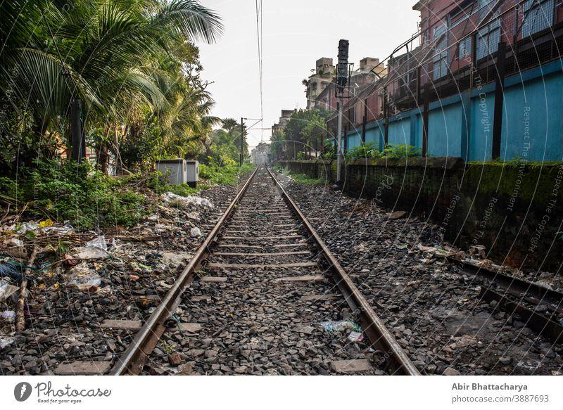 Leere Eisenbahnschienen schaffen Fluchtpunkt. Indische Eisenbahnen und Transport Sommer Straße urban Hintergrund Regie leer Industrie bügeln Reise Landschaft