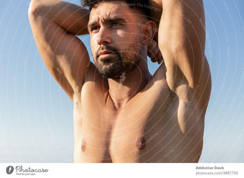 Muskulöser Mann mit nacktem Oberkörper stehend in der Natur ohne Hemd Sportler Bodybuilder muskulös nackter Torso stark gutaussehend Bestimmen Sie Athlet