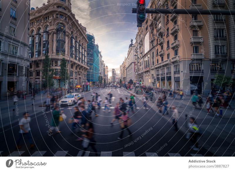 Menschenmenge beim Überqueren der Straße in der Stadt Zebrastreifen Menge durchkreuzen Großstadt Abend Fußgänger Spaziergang urban Madrid Spanien Revier Gebäude