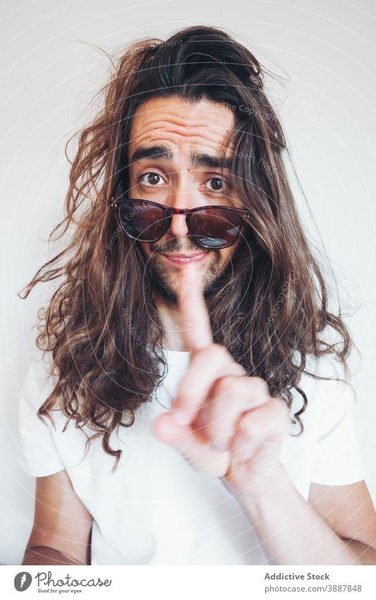 Hipster Mann mit lustigen überraschtes Gesicht Blick auf die Kamera Überraschung erstaunt lange Haare Vollbart Sonnenbrille Menschliches Gesicht expressiv