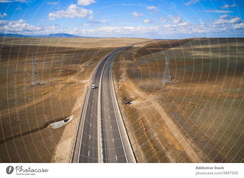 Auto fahren auf Straße unter Tal PKW Laufwerk wüst Natur Landschaft Gelände reisen Abenteuer Fahrbahn einsam Route Berge u. Gebirge Reise Autobahn Umwelt Kurve