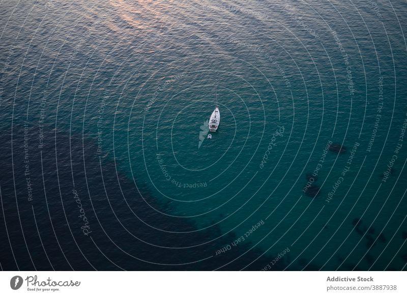 Boot schwimmt in ruhigem Meerwasser MEER Jacht Schwimmer einsam Wasser Gefäße marin Meereslandschaft Oberfläche Rippeln reisen Kreuzfahrt Reise Segel nautisch