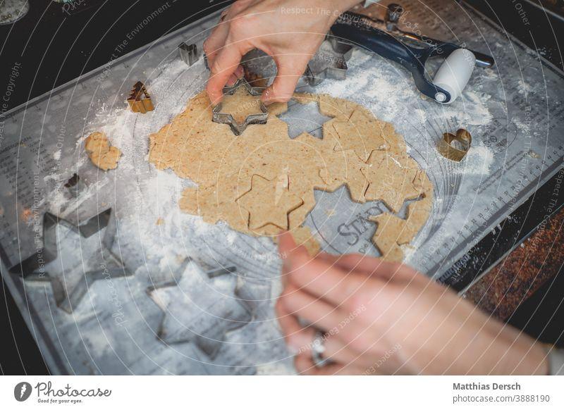 In der Weihnachtsbäckerei Puderzucker Mehl backen Backen zu Hause Detailaufnahme Keks süß Teigwaren Ernährung Backwaren Weihnachtsgebäck Weihnachten & Advent