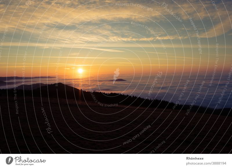 Sonnenuntergang über dem Wolkenmeer im Tal Sonnenuntergang rot Abend Abenddämmerung Himmel orange Horizont Dämmerung Landschaft Außenaufnahme Menschenleer Natur