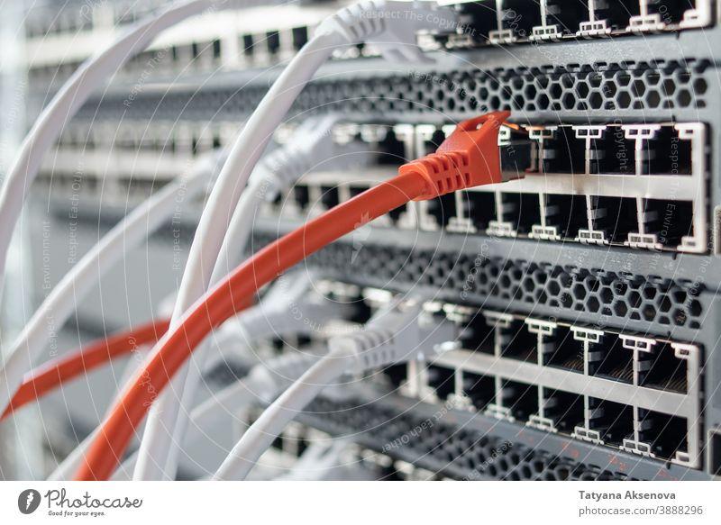 Funktionierende Netzwerk-Hardware im Rechenzentrum Infrastruktur Server Datenzentrum Schalter Internet IT Ablage Kabel montiert rj45 Wiederherstellung arbeiten