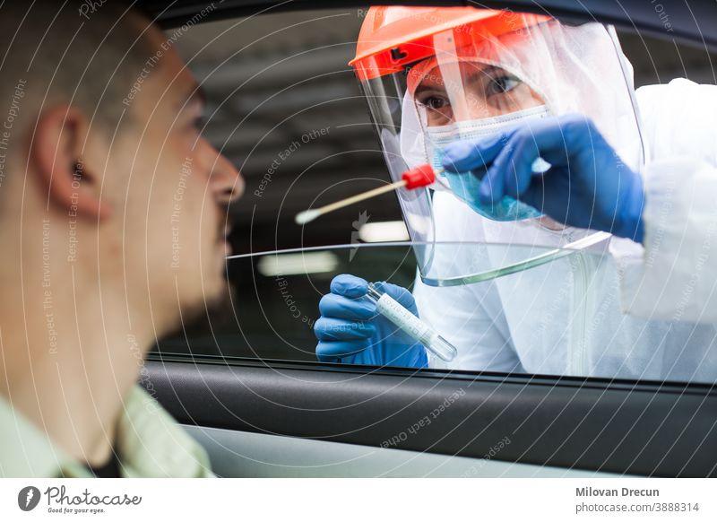 Medical UK NHS-Mitarbeiter führt COVID-19-Test im Drive-Through-Verfahren durch 2019-ncov PKW prüfen Sammlung Ansteckung ansteckend Kontrolle Korona Coronavirus