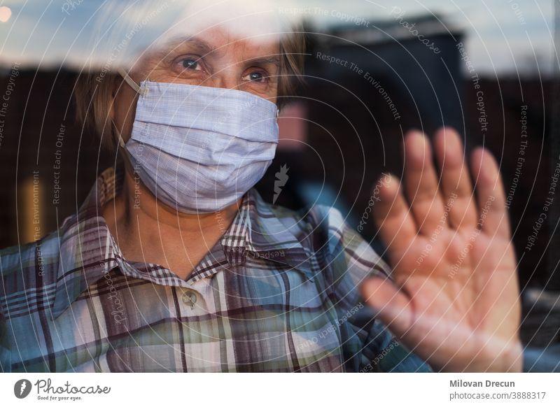 Ältere kaukasische Frau mit handgefertigter schützender Gesichtsmaske Anspannung Pflege ansteckend Korona Coronavirus covid-19 Krise deprimiert Depression