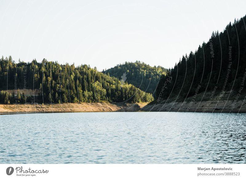 Landschaftsansicht des Bergsees Abenteuer Hintergrund schön blau Küstenlinie Tag Ökologie Ökosystem Umwelt Europa Immergrün erkunden Wald wandern See