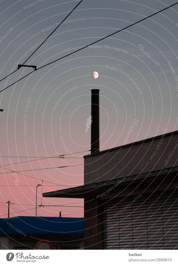 mond über schornstein Industrie rot sonnenuntergang Himmel Schornstein Fabrik Umweltverschmutzung Klimawandel Industrieanlage Außenaufnahme Farbfoto