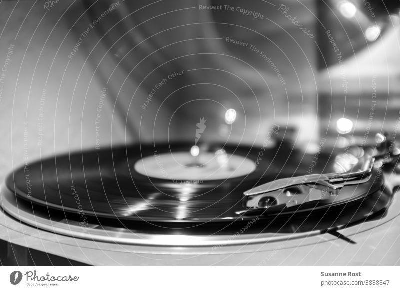 Die Vinyl-Scheibe dreht sich auf dem Plattenspieler Schallplatte Venyl Plattenteller Venylplatte Musik Tonabnehmer retro Musik hören Entertainment drehen