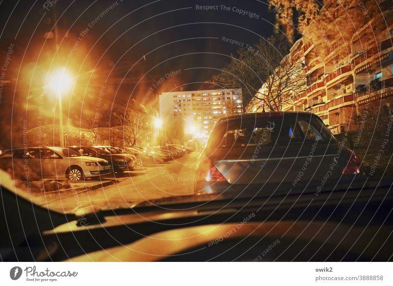Autokino Abend Parkplatz Straße Autos Straßenbeleuchtung Wohnblock urban im Auto Parkplatzbeleuchtung dunkel düster film noir bedrohlich Menschenleer Stadt