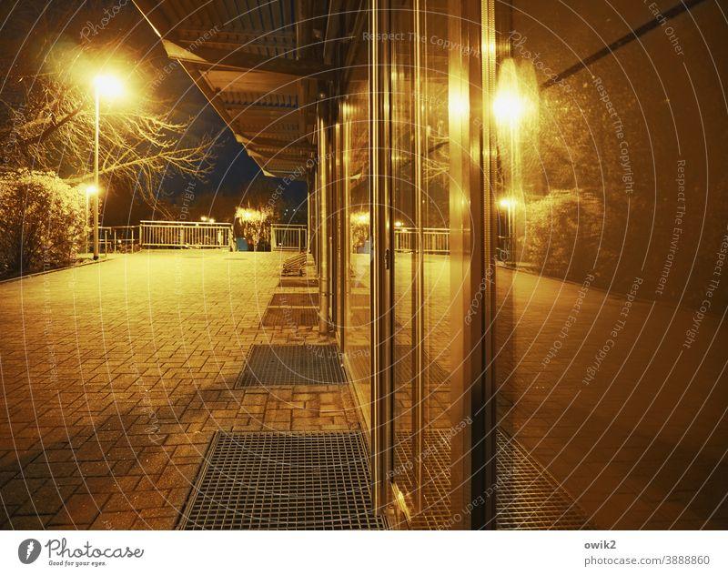 Ladenzeile Nachtaufnahme Einsamkeit Nachtleben Langzeitbelichtung Wohnblock Straßenbeleuchtung Außenaufnahme Beleuchtung Laternenpfahl Lampe Kunstlicht urban