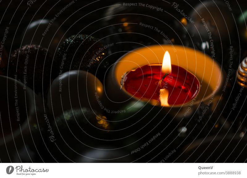 Brennende Kerze am Adventskranz Licht Weihnachten & Advent Weihnachtsdekoration Wärme Adventszeit Adventskerzen dunkel Ferien Winter Adventsdekoration