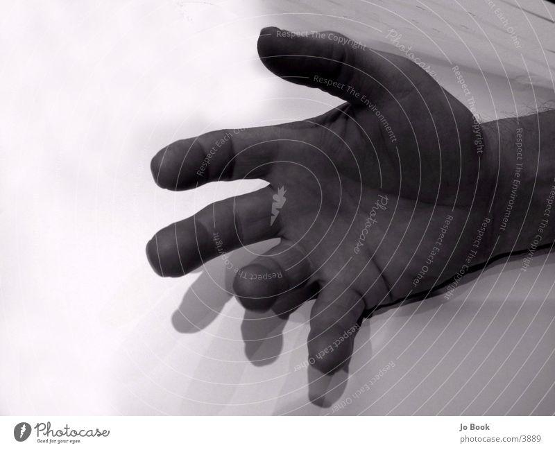 Große HAnd Hand Finger groß Mensch Schwarzweißfoto fangen Falte
