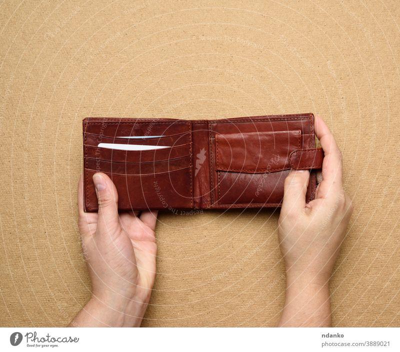 zwei Frauenhände halten braune Ledergeldbörse für Bargeld offen Business Brieftasche Hintergrund Beteiligung Postkarte Kaukasier Tasche Hand Finanzen Geld