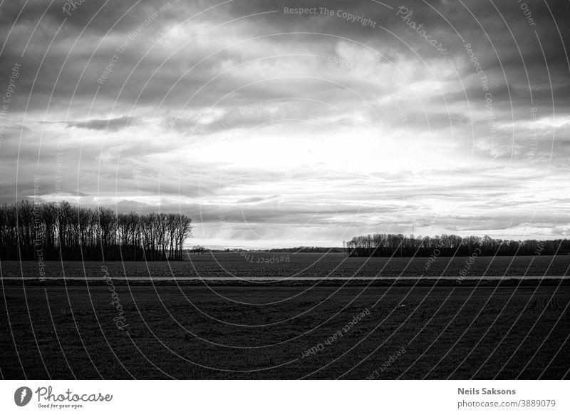 dramatischer Himmel in Schwarz-Weiß über dem landwirtschaftlichen Feld Ackerbau Hintergrund Gleichgewicht schön schwarz blau Ruhe Postkarte Cloud Farbe