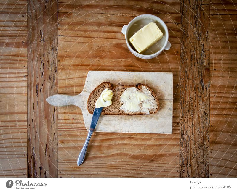 Butterbrot auf Vesperbrettchen auf Holztisch. Vogelperspektive Brot Brotzeit Messer Butterschüssel lecker Graubrot authentisch Essen Ernährung Brotscheibe