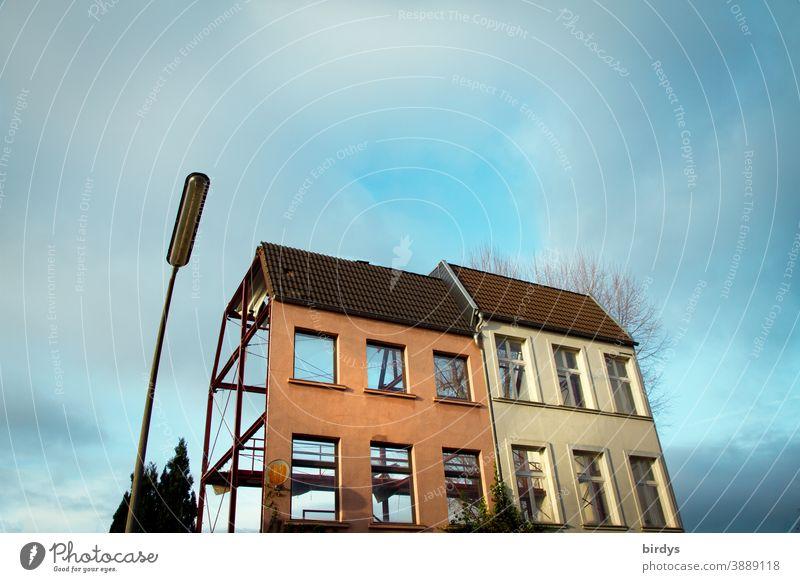 Fassade. Filmkulisse eines Doppelhauses neben einer Straßenlaterne Häuser Kulisse unbewohnbar Leerstand Haus Filmfassade leer wohnen Wohnhaus 2 Himmel Wolken