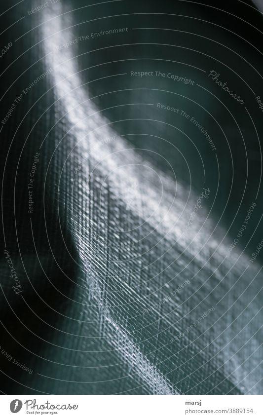 Das Licht und die Dunkelheit gestalten auf der Abdeckplane ein eigenes Bild geheimnisvoll restlicht grün Schutz Kunststoff verstärkt Muster Strukturen & Formen