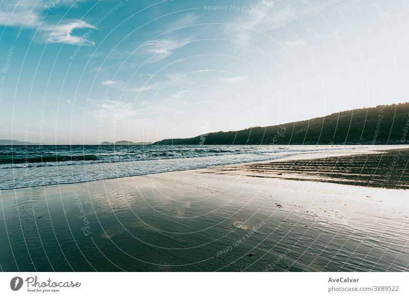 Horizontale Aufnahme eines massiven Strandes im Sommer malerisch Natur Baum Meer Windstille Urlaub Feiertag Himmel idylli Wasser Landschaft sonnig Lagune Bucht