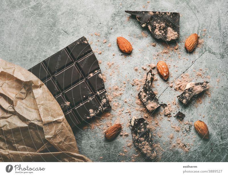 Zartbitterschokoladentafel und gebrochene Schokoladenstücke und Mandeln Schokoladentafel lecker Konditorei Kuvert Antioxidans Kakao Pulver Bonbon Kalorie Essen