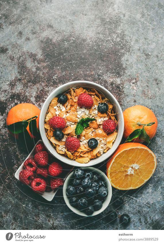 Gesundes Frühstück. Schale mit Müsli, Himbeeren und Heidelbeeren neben Orangen gesundes Frühstück Fitness Gesundheit Frucht Natur Frische knackig Minze reif