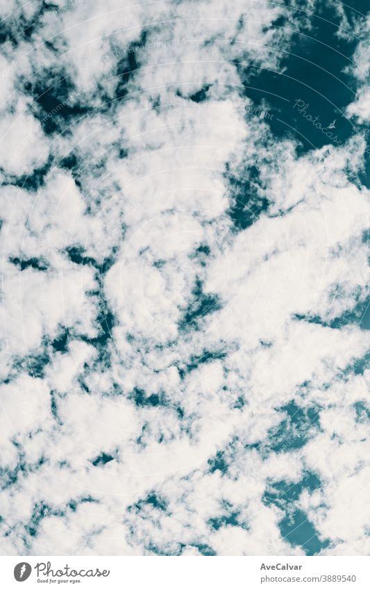 Hintergrund aus sauberen weißen Wolken über einem tiefblauen Himmel Wind wolkig Natur Himmel (Jenseits) Meteorologie Panorama Erwärmung hoch sonnig natürlich