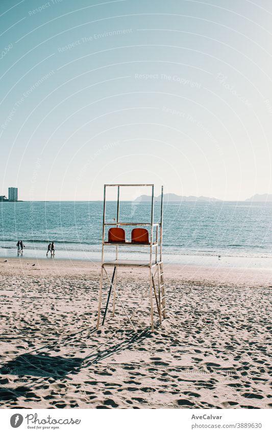 Baywatch-Stühle am Strand in Spanien im Sommer Himmel Urlaub Wasser Rettungsschwimmer Turm reisen Meer amerika uns baywatch blau schön Sand Touristik