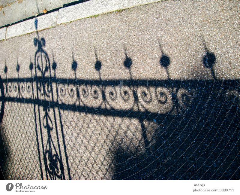 Zaun Schatten Schattenwurf Linie Strukturen & Formen abstrakt Muster Gitter Barriere Schutz Sicherheit Absperrung Konstruktion Sonnenlicht zugesperrt Asphalt