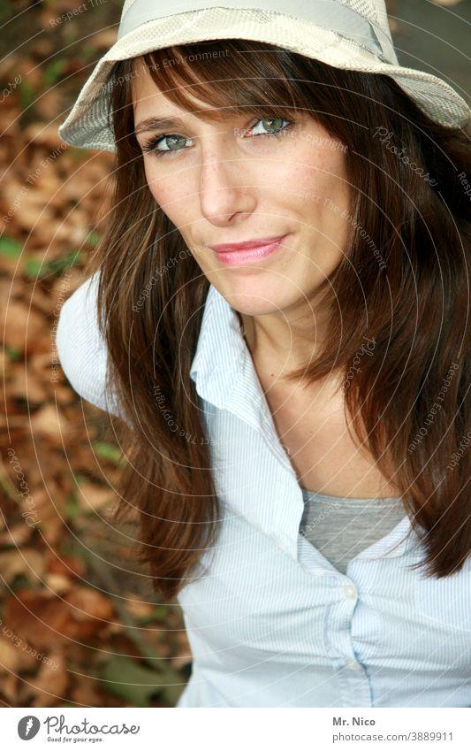 Herbstportrait Lifestyle feminin Gesicht Hut langhaarig brünett Mode Zufriedenheit trendy natürlich schön Blick authentisch sympathisch Oberkörper Porträt