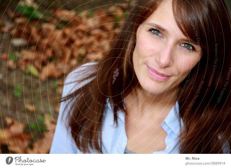 Herbstblick Blick nach oben Vogelperspektive Blick in die Kamera nach oben sehen langhaarig Haare & Frisuren Lächeln schön Glück Gesicht Ausstrahlung reizvoll