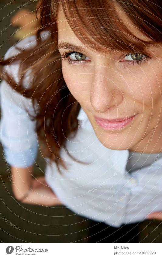 woman Blick in die Kamera Vogelperspektive nach oben sehen Haare & Frisuren Lächeln schön langhaarig Blick nach oben Ausstrahlung Gesicht natürlich Leichtigkeit