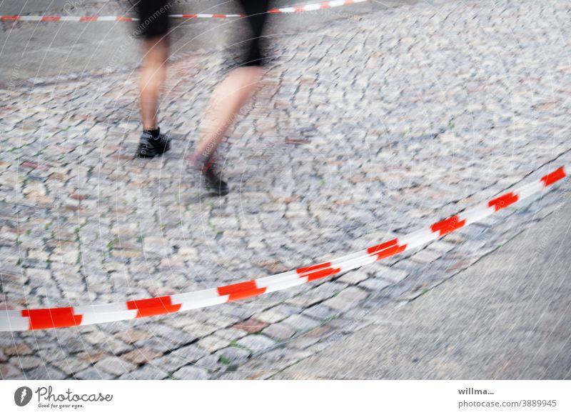 ausgangssperre ... Sport laufen rennen joggen Marathon Absperrung Ausgangssperre Ausgangsbeschränkung Einschränkung Corona Pandemie Sportler Straße gepflastert
