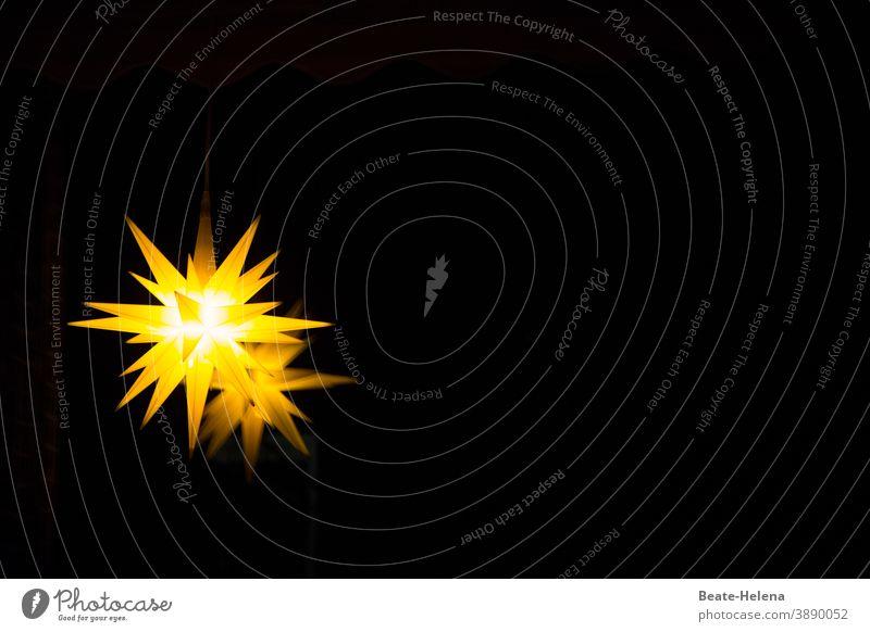 Herrnhuter Stern leuchtet in der Dunkelheit Stern (Symbol) Weihnachten & Advent Dekoration & Verzierung Weihnachtsstern Weihnachtsdekoration Feste & Feiern