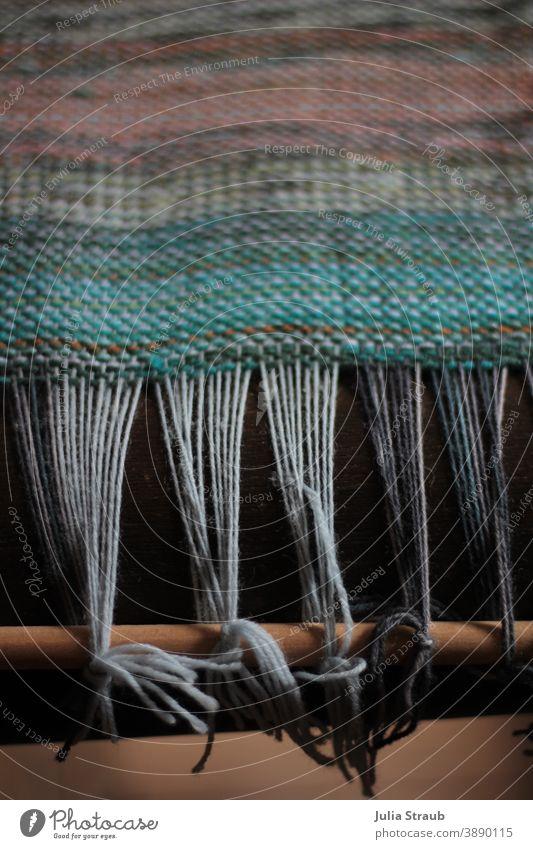 Riesen Webramen mit Bunten Farben Weben Garn Wolle Fäden ziehen fäden spannen Handwerk Kunst grün Baumwolle Stoffe Knoten Holz Webrahmen Textilien textil