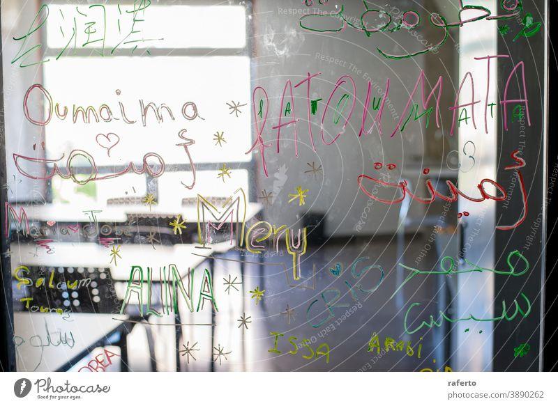 Ansicht eines leeren Klassenzimmers von der Glastür aus Schreibtisch Klassenraum Stuhl Schule Bildung niemand Raum Tisch Tafel Training Innenbereich Holzplatte
