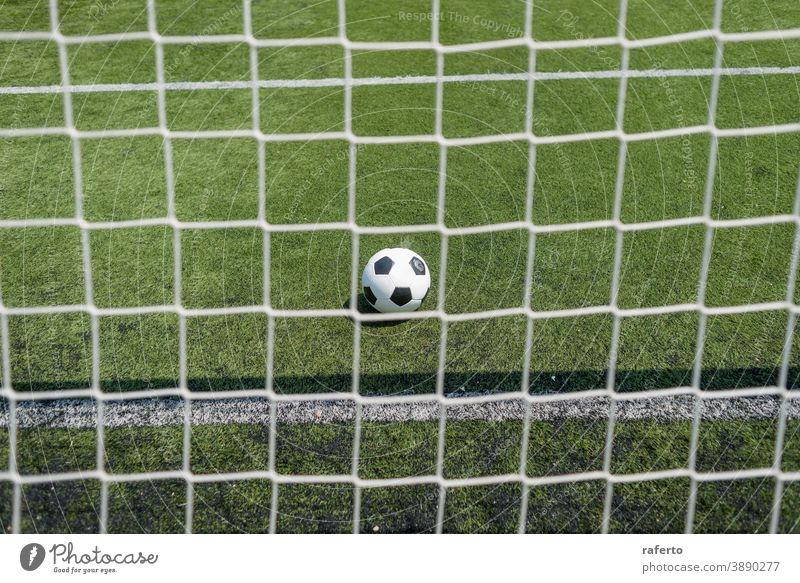 Vintage-Fussball auf grünem Fussballrasen gegen Netz Fußball Ball Tor Gras keine Menschen Hintergrund im Freien spielen Fußballfeld Platz niemand Spiel Sport