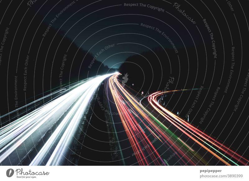 Langzeitbelichtung von einer Autobahnbrücke auf eine Autobahn Nacht Verkehr Licht Geschwindigkeit dunkel Straße PKW rot weiß schwarz Bewegung fahren