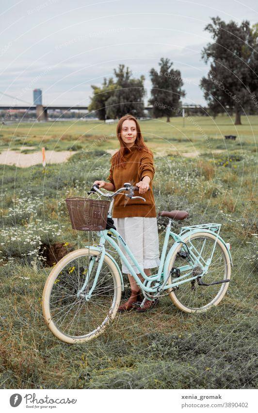 Frau mit Fahrrad in der Natur Naturliebe Fahrradtour nachhaltig Nachhaltigkeit Vintage Vintage-Mädchen Vintage Stil Picknick Freiheit