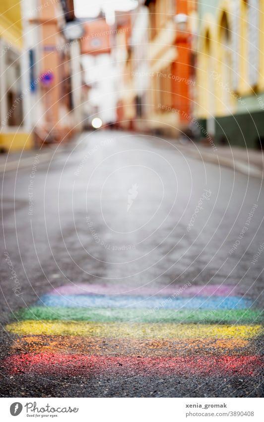 Regenbogen Farbe Kreide Straße Kindheit Kreativität Strassenmalerei Kinderspiel LGBT gay lesbisch Transgender Regenbogenfamilie regenbogenfarben