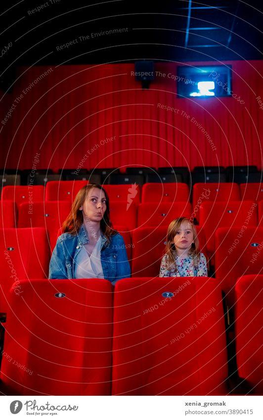 Kinobesuch Kinosaal Kind Kindheit kinobesucher Kinosessel Freizeit & Hobby Kultur rot Licht Sitzreihe dunkel Filmindustrie spass
