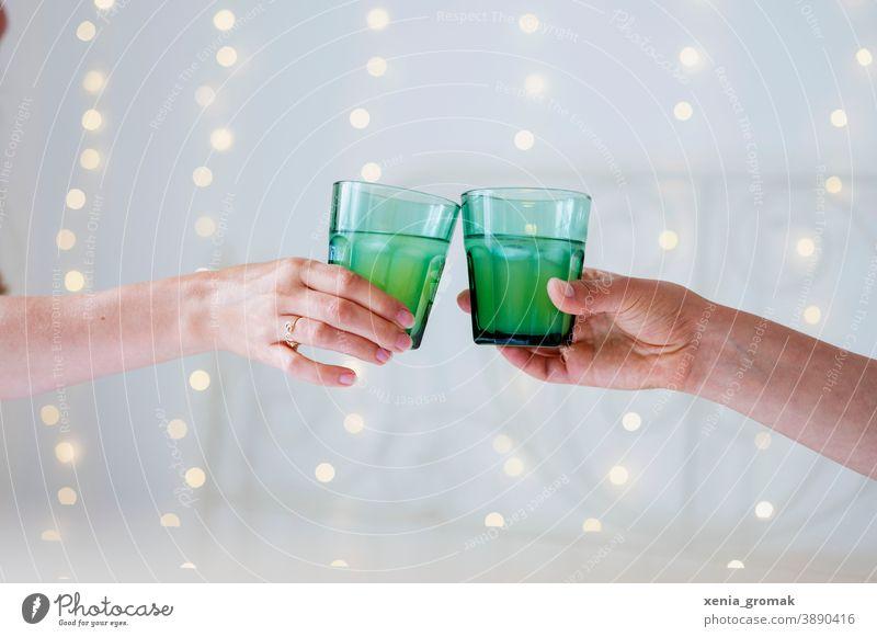 Zwei Gläser anstoßen Feiertag Feiern Weihnachten & Advent Silvester u. Neujahr Sekt Glas grün Party festlich Freunde