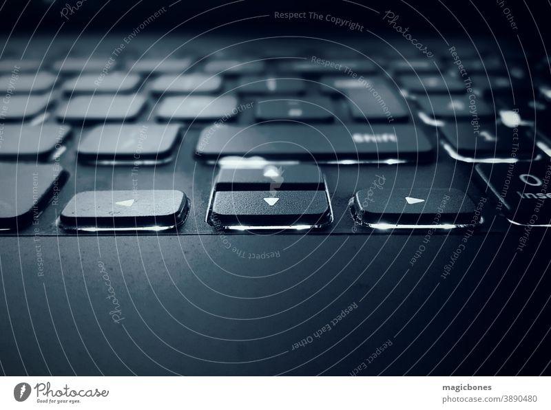 Unterbeleuchtete Laptop-Tastatur Keyboard Computer unterleuchtet Illumination Technik & Technologie Knöpfe dunkel Konzept hintergrundbeleuchtet Pfeile Regie