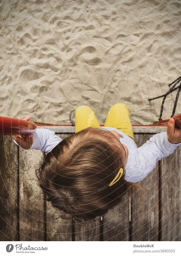 Mädchen sitzt auf Plattform eines Spielplatzes Kind Kleinkind Spielen Kindheit Farbfoto Lebensfreude Bewegung Mensch Außenaufnahme Freude Freizeit & Hobby Tag