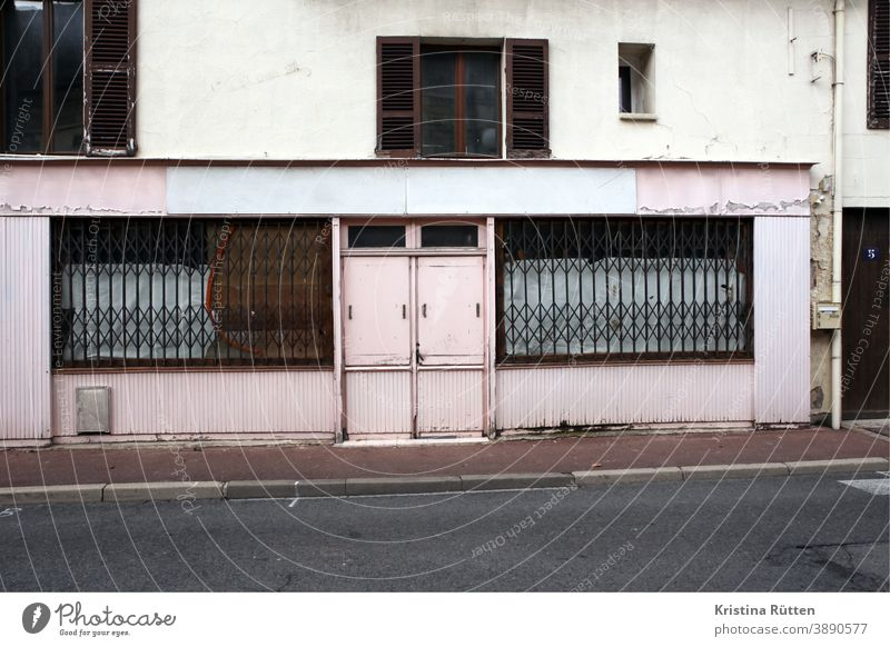 verschlossene tür und vergitterte fenster geschlossen verlassen schaufenster fassade zu architektur rollgitter geschäft laden ladenlokal gebäude einzelhandel
